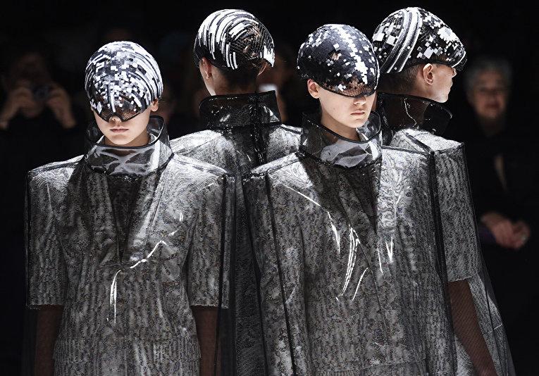 Показ коллекции Anrealage во время недели моды прет-а-порте в Париже. Март 2016