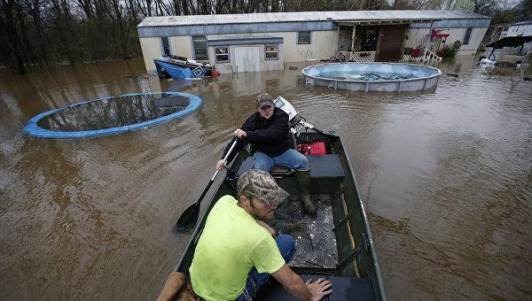 Жители Луизианы спасают домашних животных и личные вещи во время наводнения, 9 марта 2016