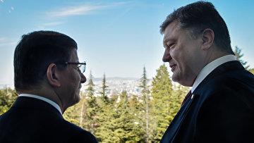 Президент Украины Петр Порошенко (справа) во время встречи с премьер-министром Турции Ахметом Давутоглу в Анкаре