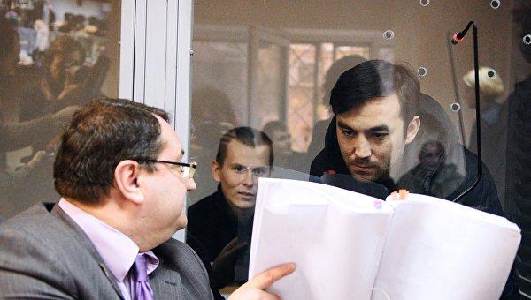 Граждане России Евгений Ерофеев и Александр Александров, обвиняемые в ряде военных преступлений на Украине, и адвокат Юрий Грабовский