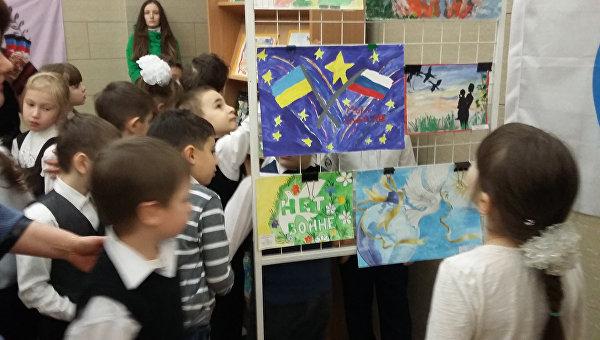 Выставка рисунков детей из горячих точек. Архивное фото