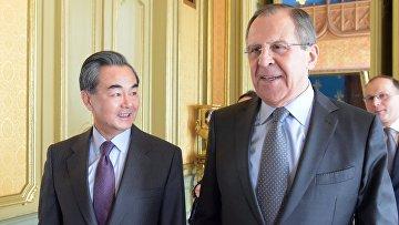 Глава МИД КНР Ван И и министр иностранных дел РФ Сергей Лавров во время встречи в Москве