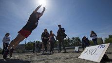 Учащиеся средних учебных заведений Омской области сдают нормы ГТО  по прыжкам в длину. Архивное фото
