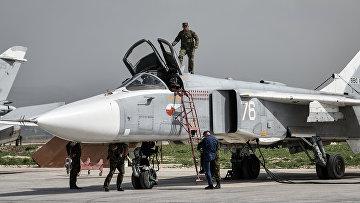 Российский фронтовой бомбардировщик Су-24 готовится к вылету с авиабазы Хмеймим в сирийской провинции Латакия