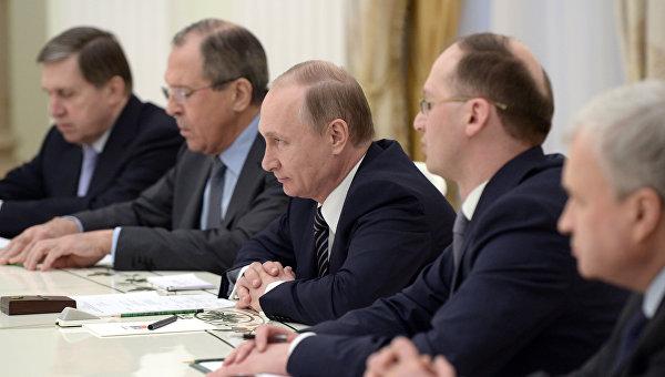 Президент России Владимир Путин (в центре) во время встречи в Кремле с министром иностранных дел Китая Ваном И
