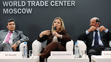Посол Туниса в России Али Гутали, министр туризма и ремесел Туниса Сельма Эллуми Рекик, президент Федерации отелей Туниса Радуан Бен Салах на пресс-конференции в Москве
