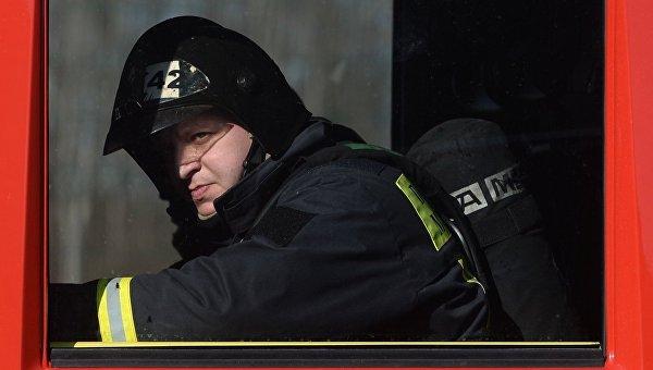 Сотрудник пожарно-спасательного подразделения МЧС России, архивное фото