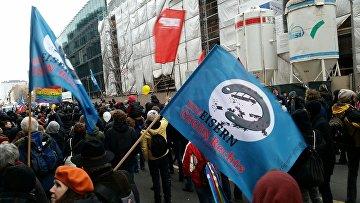 Сотни человек выстроились по маршруту демонстрации в Берлине