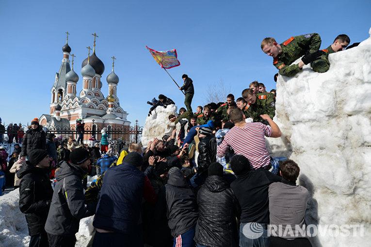 Масленичные гуляния на площади Преображенского кафедрального собора в Бердске Новосибирской области
