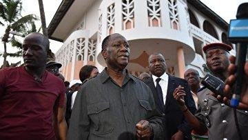 Президент Кот-д'Ивуара Алассан Уаттара у отеля Etoile du Sud, на который напали вооруженные люди