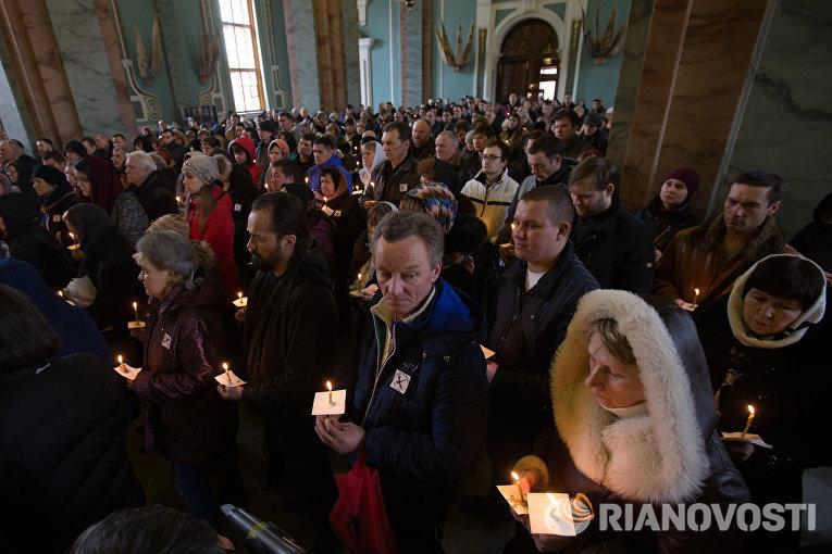 Участники акции памяти жертв авиакатастрофы над Синаем в Петропавловской крепости