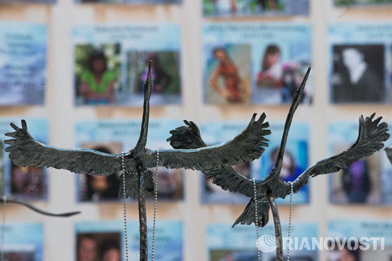 Фигурки журавлей на акции памяти жертв авиакатастрофы над Синаем в Петропавловской крепости