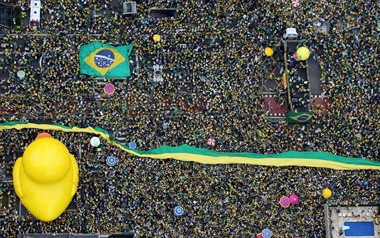 Демонстрация с требованием отставки президента Бразилии Дилмы Роуссефф в городе Сан-Паулу