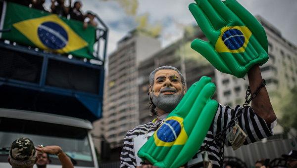 Участник демонстрации против президента Бразилии Дилмы Роуссефф в маске экс-президента Лулу да Силва в Рио-де-Жанейро