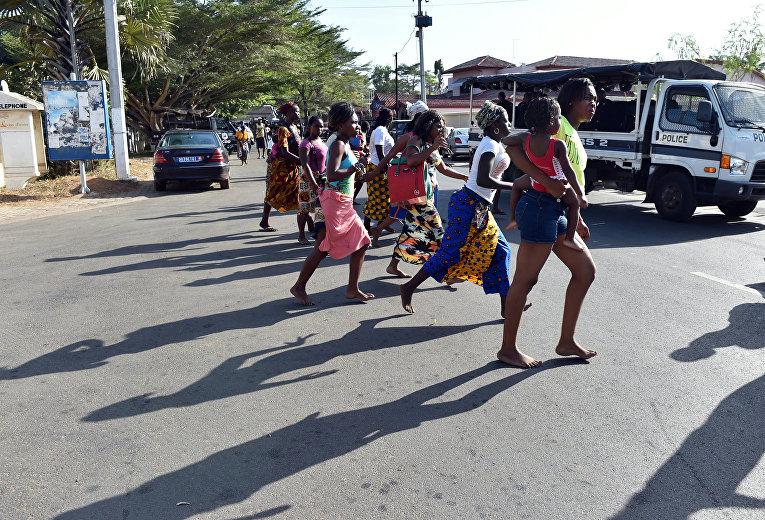 Люди покидают пляж после теракта в отеле Гран-Басам, Кот-д'Ивуар. 13 марта 2016
