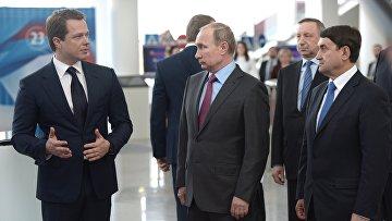 Президент России Владимир Путин (в центре) во время осмотра выставки Современные технологии в сфере безопасности дорожного движения
