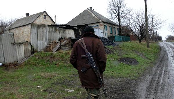 Ополченец ДНР в поселке Зайцево под Горловкой, который был обстрелян украинскими силовиками. Архивное фото