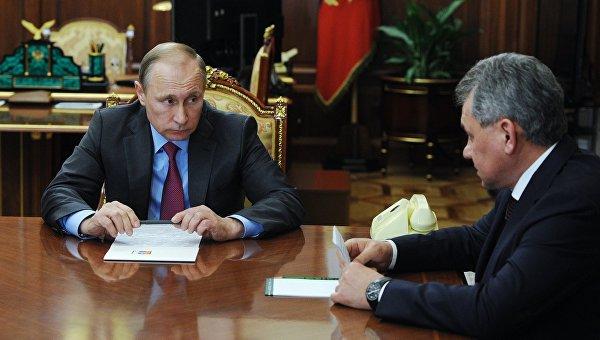 Президент России Владимир Путин и министр обороны РФ Сергей Шойгу во время встречи в Кремле