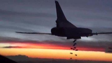 Бомбардировщик-ракетоносец Ту-22 М3 Военно-космических сил России во время боевого вылета для нанесения авиаудара по объектам ИГ в Сирии