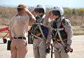 """Российские летчики принимают рапорт у командира техников перед полетом на авиабазе """"Хмеймим"""" в Сирии"""