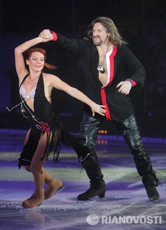 Олимпийская чемпионка 2002 года Марина Анисина и Никита Джигурда во время выступления на гала-концерте Танцы на льду в Ледовом дворце на Ходынском поле
