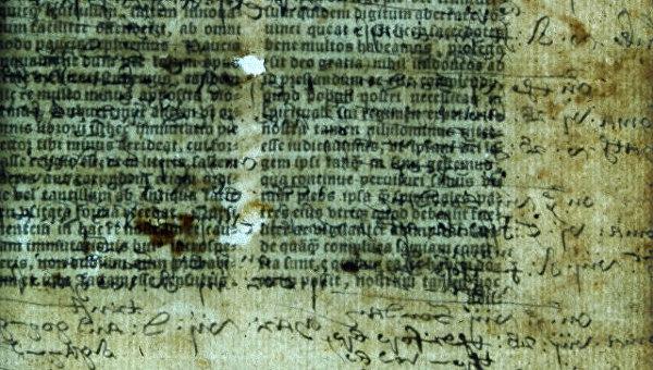 Страницы Библии, напечатанной в Англии в 16 веке, и заметки на них