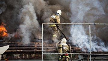 Сотрудники пожарно-спасательных подразделений МЧС на месте пожара на складе пиротехники в Уфе