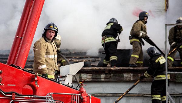Сотрудники пожрано-спасательных подразделений МЧС на месте пожара на складе пиротехники в Уфе