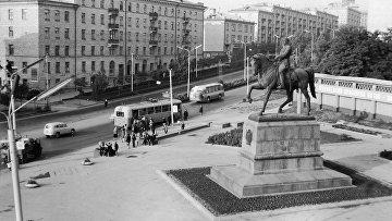 Памятник Григорию Котовскому на бульваре Нигруци в городе Кишиневе