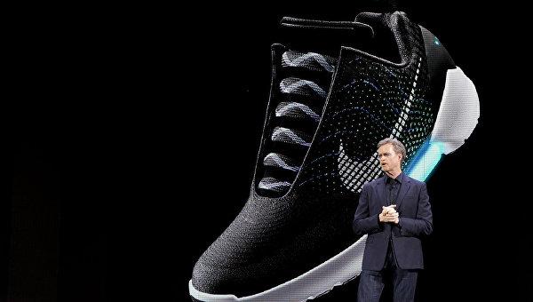Генеральный директор Nike Марк Паркер во время презентации модели кроссовок Nike HyperAdapt 1,0 в Нью-Йорке. Март 2016