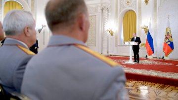 Президент РФ Владимир Путин вручил госнаграды военным, участвовавшим в антитеррористической операции в Сирии