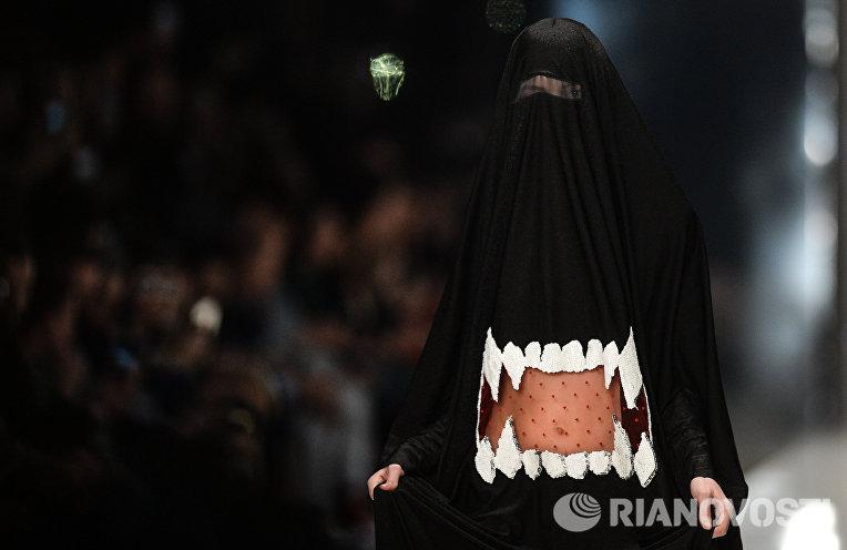 Модель демонстрирует одежду из новой коллекции SORRY, I'M NOT в рамках Mercedes-Benz Fashion Week Russia в ЦВЗ Манеж