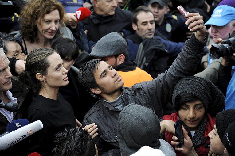 Посол Доброй воли УВКБ ООН Анджелина Джоли встретилась с беженцами в Афинах