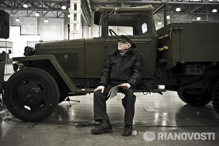 Автомобильный коллекционер Виталий Сефгерьянц во время подготовки выставки Моторы Войны в выставочном центре Крокус Экспо в Москве
