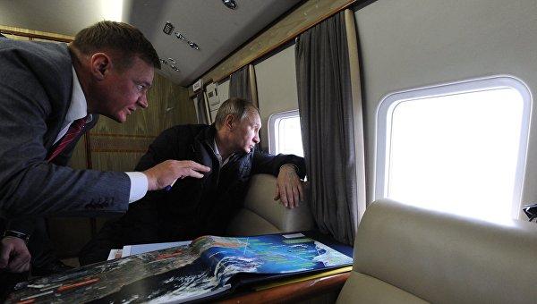Президент России Владимир Путин и руководитель Федерального дорожного агентства (Росавтодора) Роман Старовойт во время облета транспортного перехода через Керченский пролив