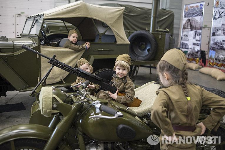Посетители на международной выставке исторической военной техники Моторы войны в МВЦ Крокус Экспо в Москве
