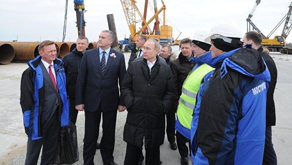 Президент России Владимир Путин (в центре) во время посещения строительной площадки транспортного перехода через Керченский пролив, 18 марта 2016