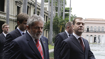 Луис Инасио Лула да Силва (справа налево) во дворце Итамарати в Рио-де-Жанейро.