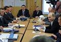 Президент России Владимир Путин проводит оперативное совещание по вопросам социально-экономического развития Крыма и Севастополя в штабе строительства транспортного перехода через Керченский пролив на острове Тузл