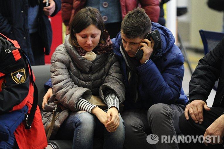 Родственники пассажиров самолета Boeing-737-800, который разбился при посадке в аэропорту Ростова-на-Дону