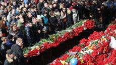 Люди скорбят у мемориала в аэропорту Ростова-на-Дону, посвященного погибшим при крушении пассажирского самолета Boeing-737-800