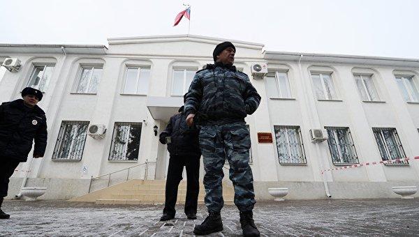 Сотрудники полиции охраняют территорию около Донецкого областного суда. 21 марта 2016