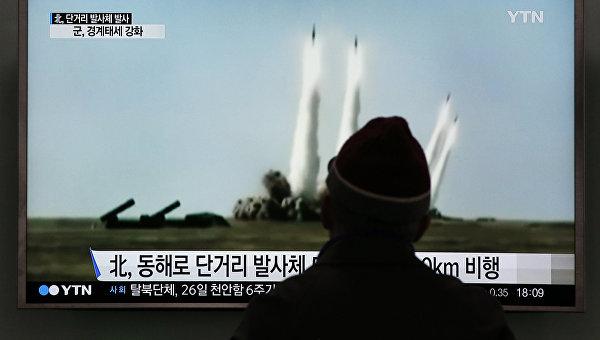 Мужчина смотрит учебный запуск ракет КНДР в сторону Японского моря. Сеул, Южная Корея. Архивное фото