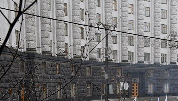 У здания Кабинета министров Украины в Киеве. Архивное фото