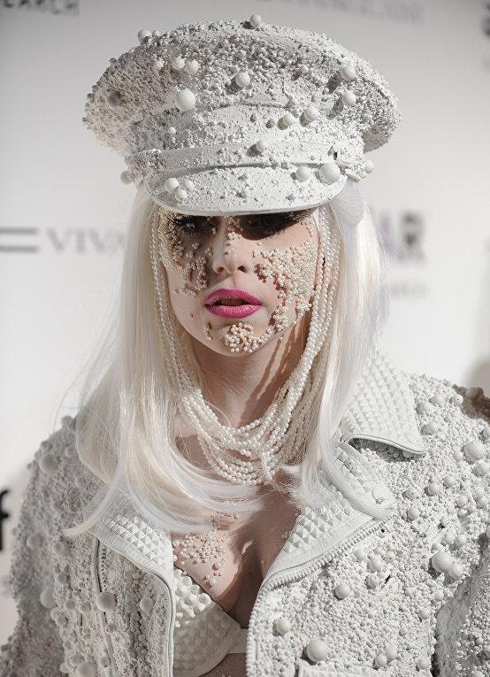 Певица Леди Гага во время мероприятия AmFAR в Нью-Йорке, 2010 год