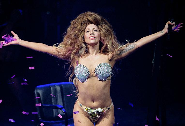 Леди Гага во время выступления в Лондоне