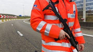 Сотрудник полиции у аэропорта в Брюсселе, где произошел взрыв. 22 марта 2016