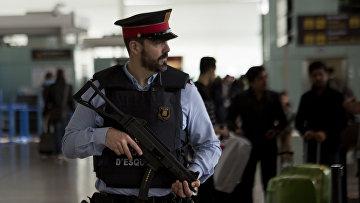 Сотрудник полиции в аэропорту Барселоны, Испания. Архивное фото