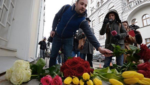 Мужчина возлагает цветы у посольства Бельгии в Москве
