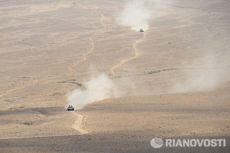 Танки Т-72 сирийской армии на переднем крае в 10 км от Пальмиры